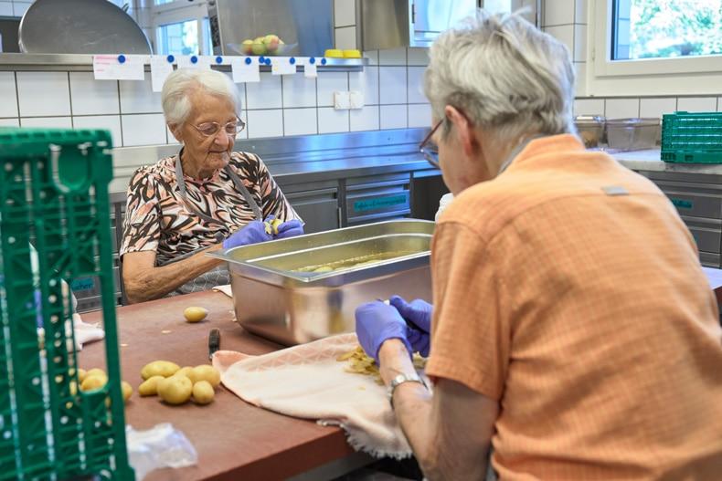 Alters-und-pflegeheime_kochen_kartoffel