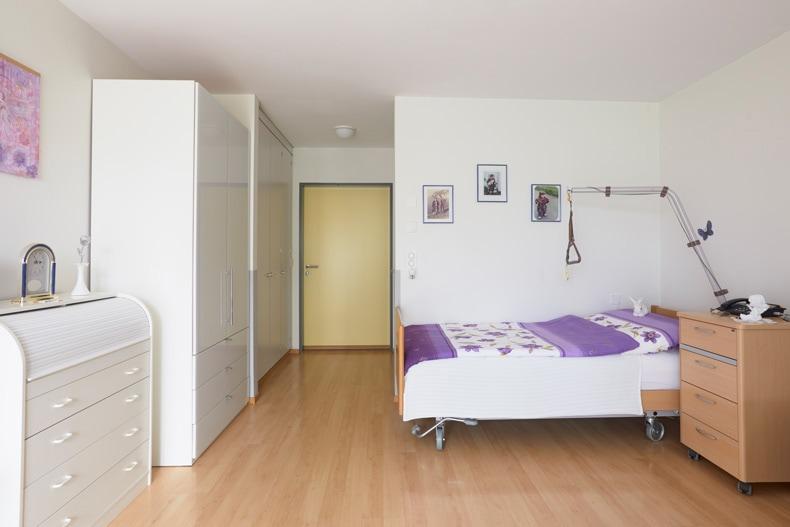 Alters-und-pflegeheime_zimmer_pflegebett